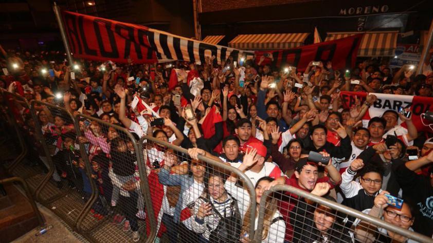 (VIDEO) Revive la emoción de los hinchas peruanos entonando el Himno Nacional en Buenos Aires