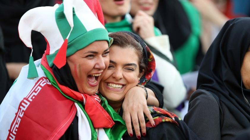 Día histórico para el fútbol: Después de 40 años Irán permitió acceso a mujeres en un estadio de fútbol (VIDEO)