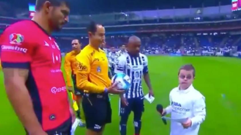 El emotivo gesto de un árbitro con un niño con síndrome de down que el mundo del fútbol aplaude (VIDEO)