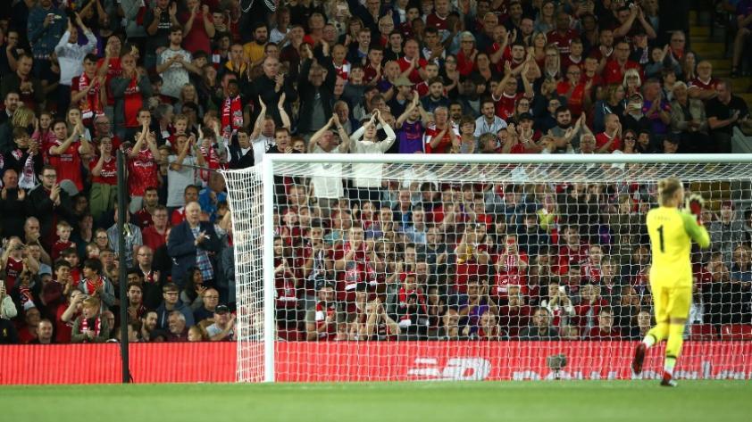 El increíble recibimiento de los hinchas del Liverpool al portero Karius (VIDEO)