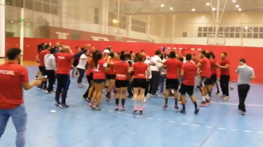¡Incondicionales! Así fue la visita de los hinchas al entrenamiento de la seleccion peruana de handball (VIDEO)