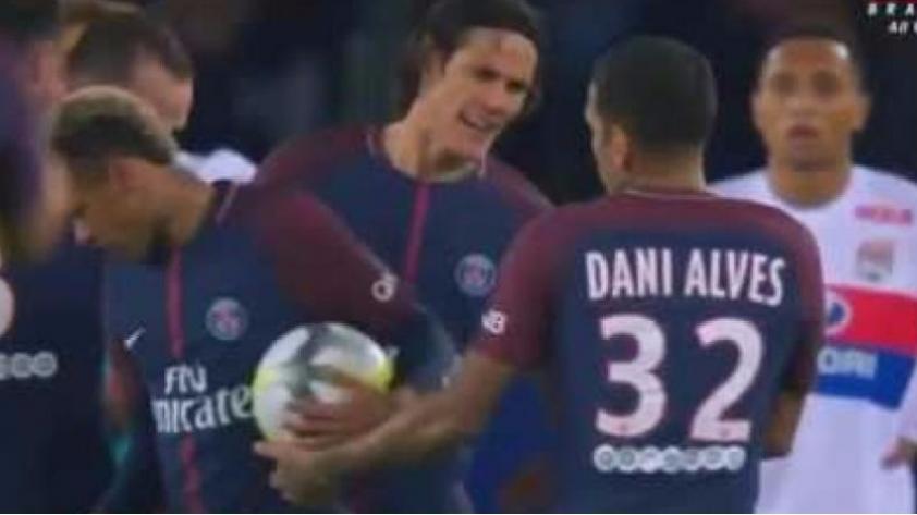 Dani Alves respondió a las críticas de Diego Forlán por la discusión entre Neymar y Cavani