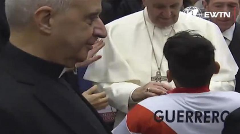 (VIDEO) Papa Franciso firmó la camiseta de la selección peruana