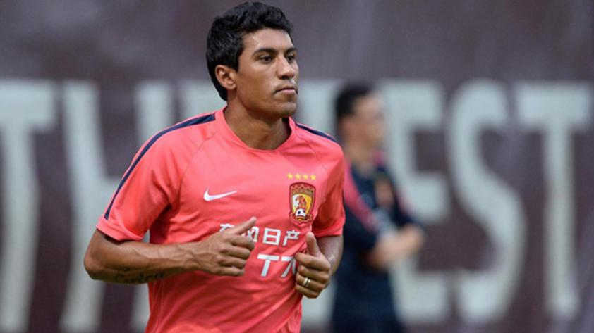 Paulinho se aleja del Barcelona