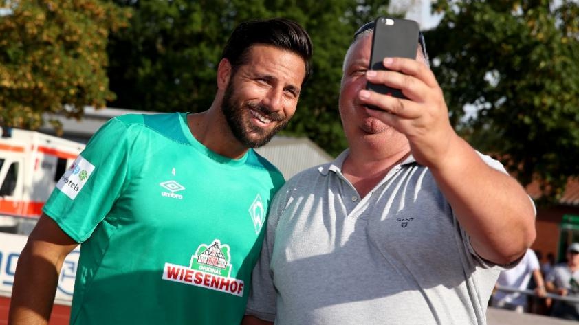 Las emotivas muestras de cariño de los hinchas del Werder Bremen hacia Claudio Pizarro (VIDEO)