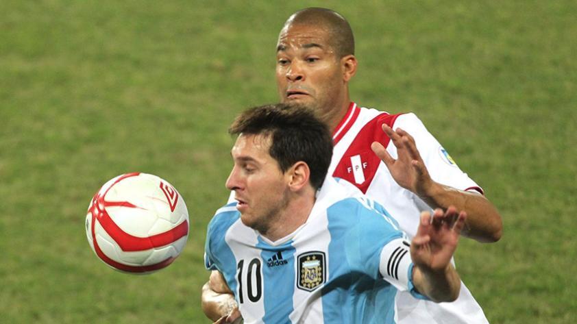 ¿Cómo están valorados los planteles de Argentina y Perú?
