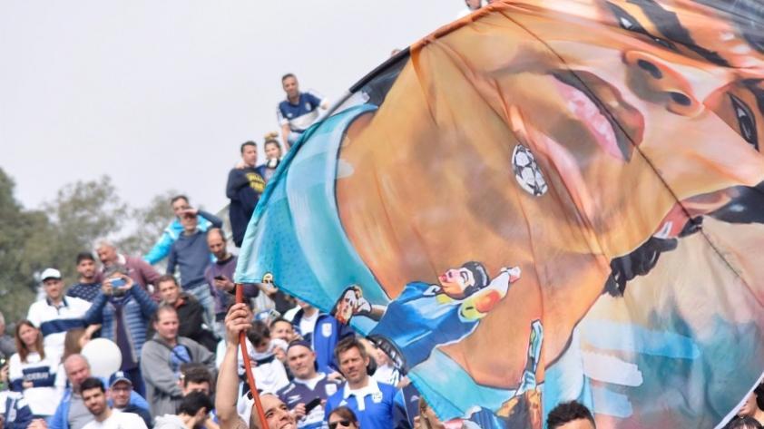 Locura total: el efusivo recibimiento a Diego Maradona en La Plata (VIDEO)