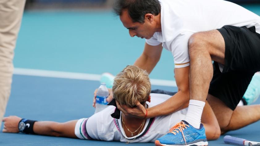 Las impactantes imágenes del desplome de tenista durante partido del Masters 1000 de Miami (VIDEO)