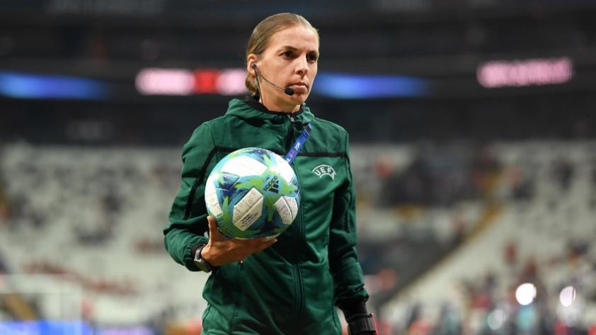 Stéphanie Frappart, la primera árbitra en dirigir una final de fútbol masculino en el fútbol europeo