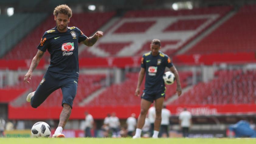 Neymar se retiró del entrenamiento de Brasil por una molestia en el tobillo