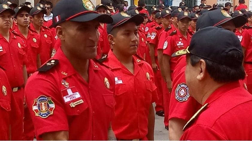 Josepmir Ballón se graduó como como bombero voluntario del Perú