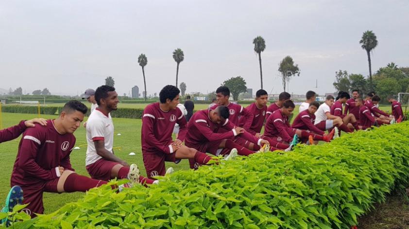 Universitario de Deportes: barristas merengues conversaron con los jugadores en Campo Mar