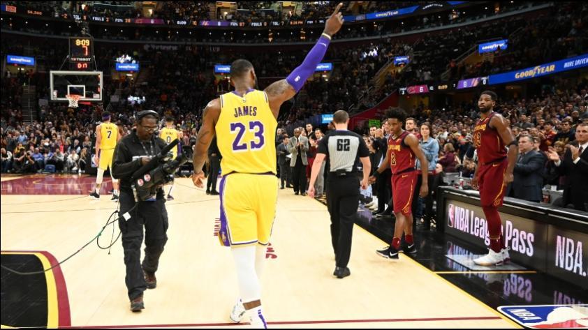 No lo olvidan: LeBron James volvió a Cleveland como jugador de los Lakers y así fue su recibimiento (VIDEOS)