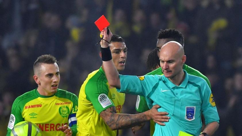 Tony Chapron: árbitro francés que pateó a jugador fue suspendido