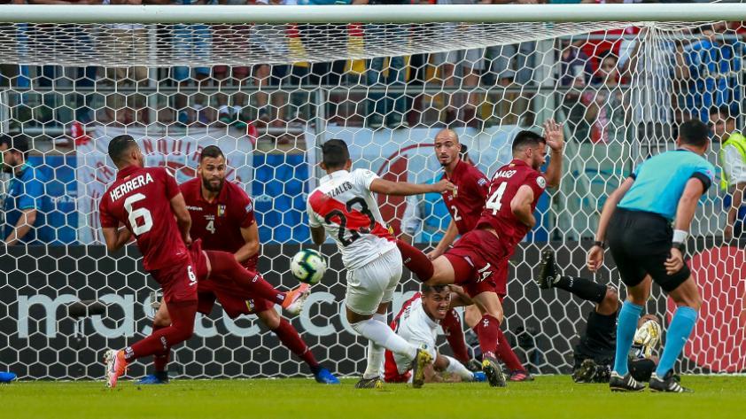 ¡Será para la próxima! Christofer Gonzáles anotó su primer gol en la Copa América pero el VAR lo anuló