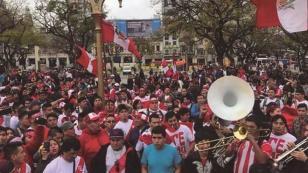 Sorprendió a muchos: ¡hinchas peruanos tomaron una plaza en Buenos Aires y realizaron banderazo!
